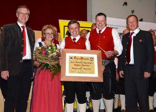 Sebastian und Margit Egerbacher freuten sich über die Gratulationen von Bgm. Josef Dillersberger (links), TSB-Vertreter Josef Bodner (ganz rechts) und Obmann Hans Harlander.