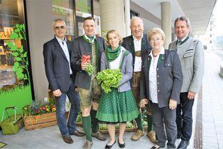 Manfred Kohlfürst und Franz Titschenbacher (beide außen) gratulieren Markus, Sandra, Hans und Renate Hillebrand zur Geschäftseröffnung.