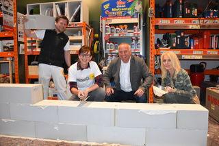 Womens night: Bauhaus-Geschäftsleiter Klaus Krainer (Mitte) beim aufmauern mit Susanne Müller (li.), Gabriela Antonitsch und Ytong-Profi Michael Kubin