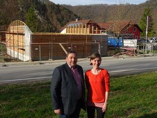 Bürgermeister Manfred Mühlböck und Andrea Winkler von der Freizeitanlage Schlögen, die den Schutzbau für das Römerbad auf ihrem Grundstück ermöglichte.