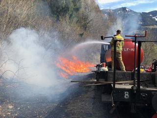 Abbrennarbeiten der Feuerwehr entlang der Bahntrasse der Achenseebahn-fotocredit: ZOOM.TIROL