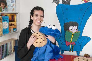 Kuscheln mit dem Krümelmonster: Die Pädagogin und Künstlerin Tanja Hollerer in ihrer Kreativwerkstatt.