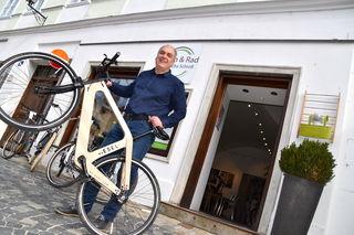 """Garantiert nicht auf dem Holzweg: der Melker Architekt Sascha Schroll mit """"My Esel"""", dem österreichischen Lifestyle-Fahrrad aus Holz."""