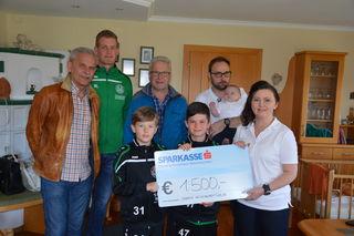 1.500 Euro übergaben die Neukirchner Kicker an Bettina Peham.