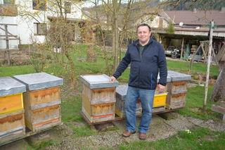 Hobby-Imker Erich Winter betreut bis zu 13 Bienenstöcke, welche im Jahr 34kg Honig pro Stock produzieren.