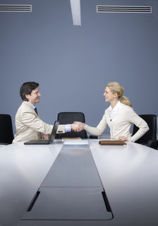 Mit überzeugendem Auftreten und guter Vorbereitung erhöhen sich die Chancen für ein erfolgreiches Gehaltsgespräch.