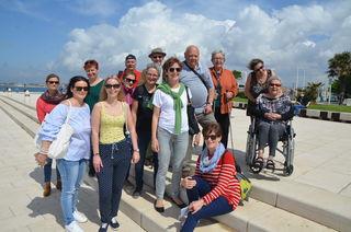 """Ein Teil der Gerngross Reisegruppe beim Ausflug nach Zadar vor dem """"Gruß an die Sonne"""" bei der """"Meeresorgel""""."""