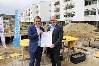 NEUE-HEIMAT-Direktor Mag. Robert Oberleitner (l.) und Bürgermeister Gerald Schimböck bei der Grundsteinlegung in Puchenau.