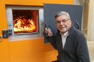 """Landesrat Josef Schwaiger: """"Mit dem Austausch von alten Ölkesseln gegen Biomasse-Heizungen ist es gelungen ca. 2.000 Tonnen CO2 jährlich einzusparen. Wenn man davon ausgeht, dass die geförderten Anlagen ca. zwei bis 30 Jahre in Betrieb sind, kann man mit ca. 50.000 Tonnen CO2-Einsparung rechnen."""""""
