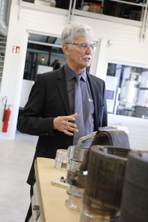 Josef Frauscher, Geschäftsführer von Frauscher Thermal Motors, führt die Besucher durch das neue Technikum in St. Marienkirchen.