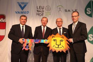 Ernst Wastler (Vamed), LH Wilfried Haslauer, LH-Stv. Christian Stöckl und Alexander Biach (Hauptverband der Sozialversicherungsträger) bei der Schlüsselübergabe des Leuwaldhofs in St. Veit.