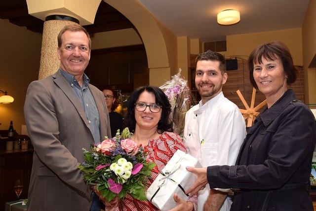 Bürgermeister Reinhold Höflechner überreichte gemeinsam mit seiner Gattin Irmgard ein Einstandspräsent an die Wirtin Silvia Poschauko; mit dabei Koch Andreas Binder.