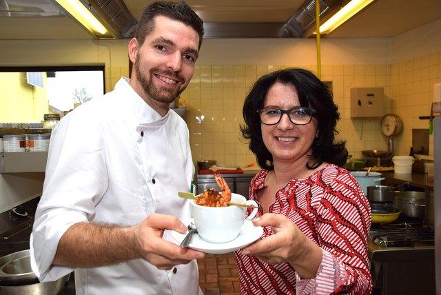 Die neue Wirtin Silvia Poschauko und ihr Koch Andreas Binder mit Garnele und Zitronen-Grassüppchen.