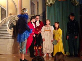 """Mit zwei Vorstellungen des Märchens """"Des Kaisers neue Kleider"""" unter Regie von Eva Weutz und Georg Gröchenig bestand das verjüngte Ensemble der """"Theater Werkstatt Wagna"""" die märchenhafte Premiere für 13 ganz junge Darsteller."""