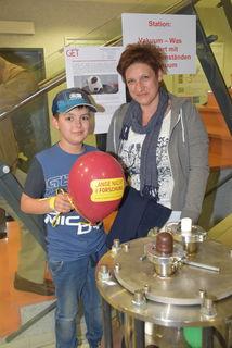 Nico und Anita Kametler aus Königsdorf schauten den Ökoenergie-Forschern über die Schulter.