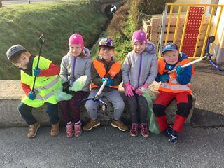 Die Kinder waren für die Flurreinigung bestens ausgerüstet.