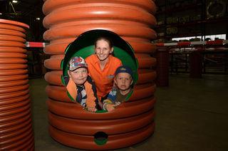 Bauernfeind-Mitarbeiterin Nicole Vorhauer mit David und Florian im MEGA DN 1000 Rohr.