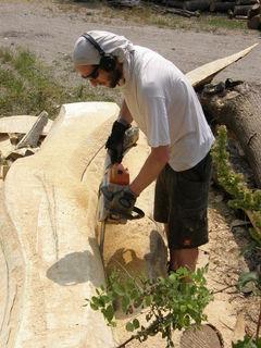 Der Bildhauer bei der Arbeit.