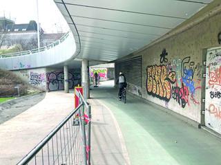 Die Radler kommen mit hohem Tempo von der Brücke und durch den Vorsprung in der Wand sehen sie den Weg vor sich schlecht ein.