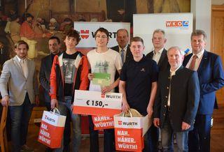 Simon Maurer (4. von rechts) bei der Siegerehrung des Landeslehrlingswettbewerbs der Metalltechniker.