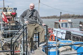Leinen los! Hans Heisz auf dem Donauschiff, wo unter anderem Kristina Viera Wolf, Karin Vejvar-Sandler und Jagoda Lessel ausstellen.