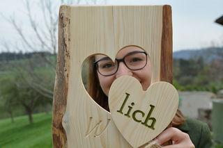 Ein Holzschild für die Tür: Nicole Aigner präsentiert ein Geschenk der Landjugend an die Gastgeber.