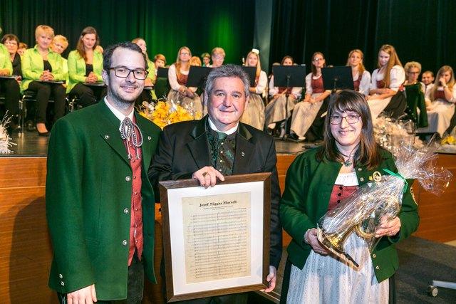 """Den """"Josef Niggas-Marsch"""" überreichte die Marktmusikkapelle Lannach dem Ortschef zum 60er."""