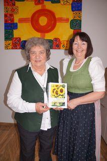 Irmi Tilg und Brigitte Adam mit dem neuen Kochbuch.