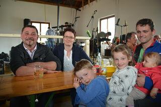Amüsierten sich prächtig: Thomas und Silvia Muthentaler mit Joachim, Jasmin, Josefine und Thomas Wagner.