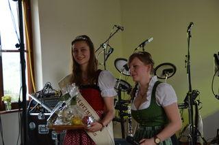Die scheidende Mostprinzessin Birgit Kaltenbrunner aus Steinakirchen am Forst erhält einen Blumenstrauß von ihrer Stellvertreterin Anita Scharner.