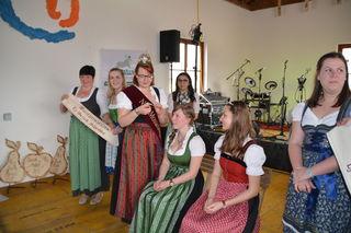Den scheidenden Mostprinzessinnen Birgit Kaltenbrunner aus Steinakirchen am Forst und Anita Scharner aus Scheibbs werden ihre Diademe und Schärpen abgenommen.