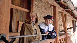 """Die holde Burgherrin (Burgvogtin Ingeborg Stolz) und """"Fürst Eder von Mauterndorf"""" (Bgm. Wolfgang Eder) zeigten uns Burg Mauterndorf."""