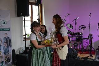 Die scheidende Mostprinzessin Birgit Kaltenbrunner aus Steinakirchen am Forst (r.) erhält einen Blumenstrauß von ihrer Stellvertreterin Anita Scharner.