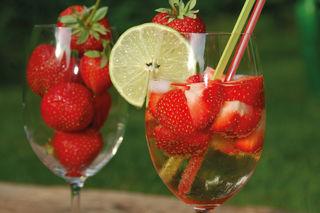 Die Bierbowle mit Erdbeeren zählt zu den beliebten Sommerdrinks 2018