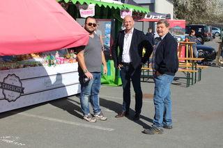 Betriebsleiter Otto Wind mit treuen Kunden David Übelacker und Franz Hofmeister.