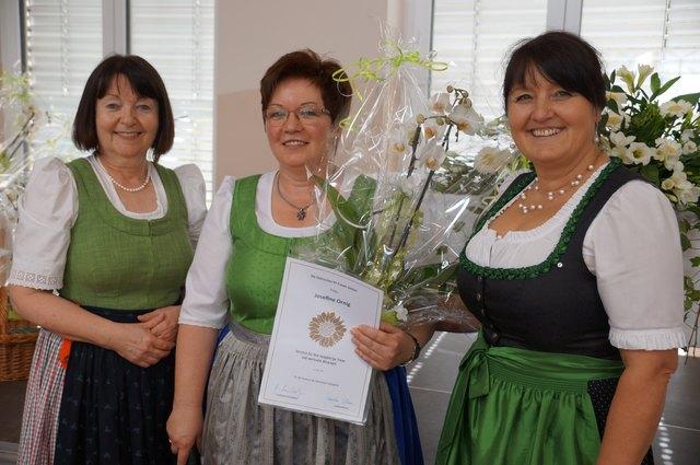 Obfau Josefine Ornig (Mitte) mit Brigitte Adam (l.) und LAbg. Manuela Khom.