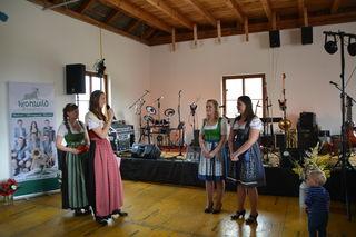 Die scheidenden Mostprinzessinnen Anita Scharner aus Scheibbs und Birgit Kaltenbrunner aus Steinakirchen am Forst mit ihren Nachfolgerinnen Kerstin Pöttinger aus Steinakirchen am Forst und Nicole Schrittwieser aus Scheibbs.