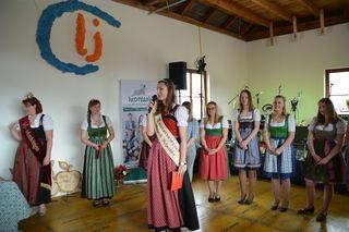 Die Spannung steigt: Die scheidende Mostprinzessin Birgit Kaltenbrunner verkündet das Ergebnis.