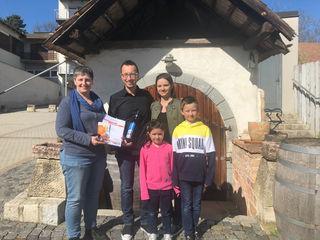 Die Familie Milletich bekam den Preis von Susanne Katzberger überreicht.