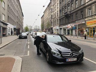 Der hupende Taxikonvoi ruft auf der Favoritenstraße neugierige Passanten auf den Plan.