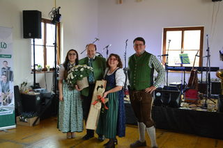 Die Landjugend-Bezirksleiter Anna-Maria Handl aus Oberndorf an der Melk (l.) und Julian Krummböck (r.) mit den Gastgebern Franz und Maria Aigner aus Scheibbsbach.