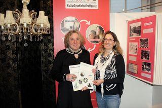 """Autorin Waltraud Zuleger mit Museumsleiterin Brigitte Neichl und ihren geinsamen """"Babies"""", den beiden bisher erschienen Büchern"""