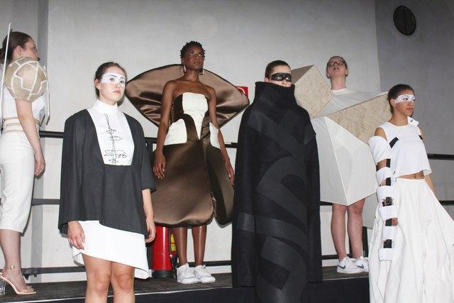 Black&White, opulent, statt minimalistisch: Die Modeschüler der Herbststraße beweisen Mut zu aufregenden Schnitten.