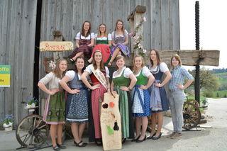 Die Kandidatinnen, die als neue Mostprinzessinnen die Region vertreten wollen, posieren vor einer alten Mostpresse aus Holz.