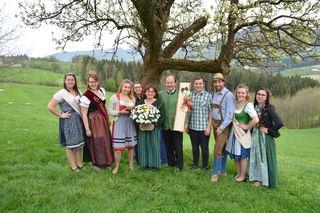 Familie Aigner (M.) mit den neuen Mostprinzessinnen sowie Mostkönigin Nicole (2.vl.) und Anna-Maria Handl (r.) von der Landjugend.
