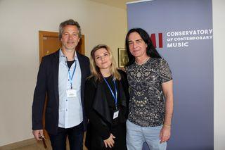 VMI-Chef Ernst Ritsch mit den Dozenten Mel Verez (Gesang) und Conrad Schrenk (Gitarre), v.li.n.re.