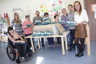 Ingrid Schwarz, Dominik Kasberger und Katrin Kohlbauer (rechts außen) vom Vertrauensteam der Frauscher Sensortechnik GmbH nahmen die bestellten Babygeschenke entgegen
