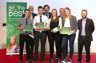 Die Jury-Mitglieder mit den Lienzer Schülern David Reiter und Fabian Martischnig und dem ebenfalls drittplatzierten Team der HTL-Imst.