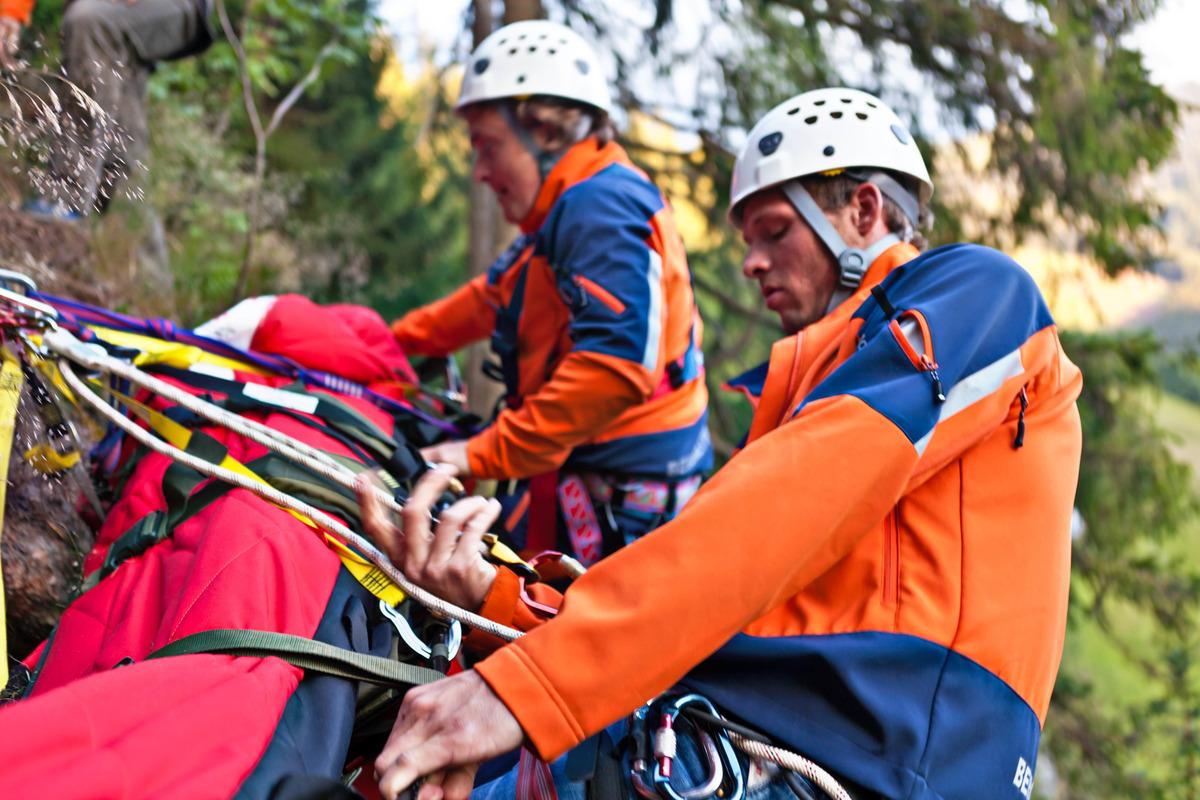Klettergurt Mit Helm : Grundausrüstung für jeden alpinkletterer von helm bis