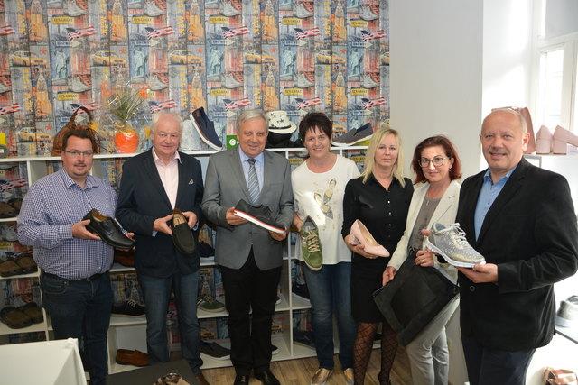 Eröffnet: Glücksgriff-Inhaberin Ernestine Kratzer (4.v.r.) im Kreise der Ehrengäste, an der Spitze Bürgermeister Werner Gutzwar (3.v.l.)